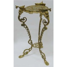 Изысканный столик из латуни