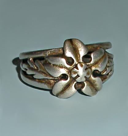 Винтажное кольцо из серебра Горный цветок (размер 15)