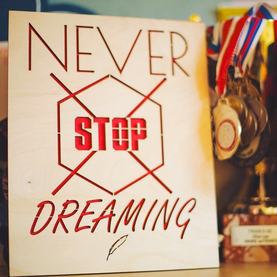 Мотивационная табличка Never stop dreaming