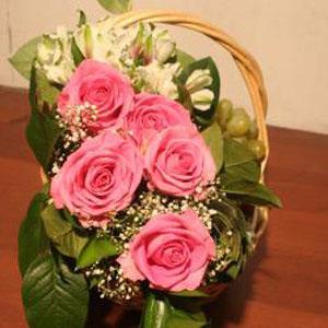 Корзина с фруктами и цветами «Розовая мечта»