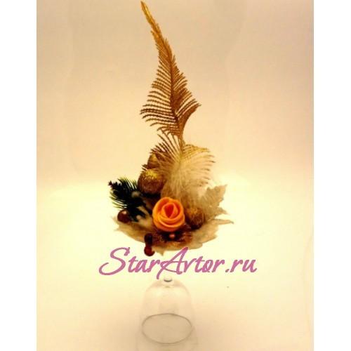 Новогодняя флористическая композиция со свечой на фужере