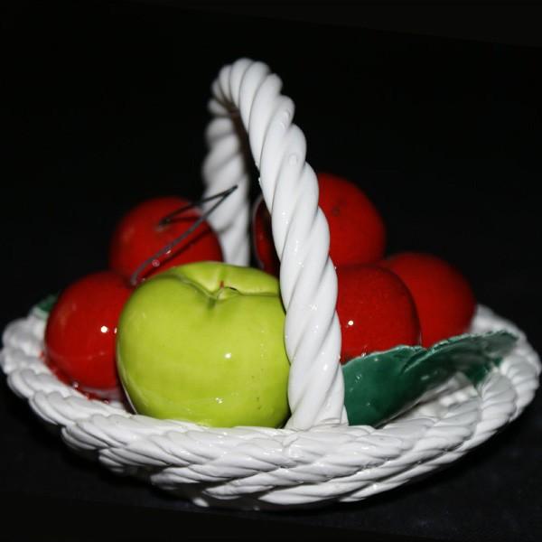 Корзина круглая с яблоками и вишней