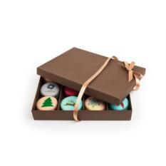Набор из 12 макаронов с иллюстрациями в коробке с лентой
