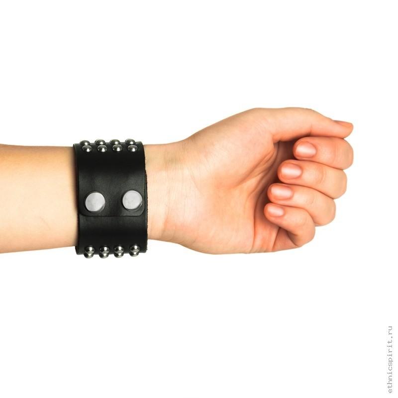 Проклёпанный черный кожаный браслет