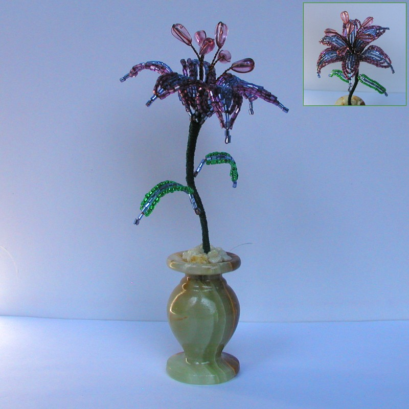 Сиреневая лилия из бисера в вазочке из оникса