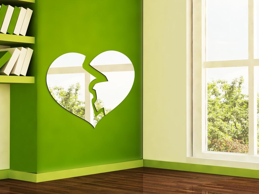 Декоративное акриловое зеркало «Разбитое сердце»