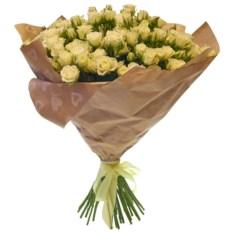 Букет из 21 светлой кустовой розы в крафте