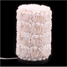 Белый настольный светильник из ракушек