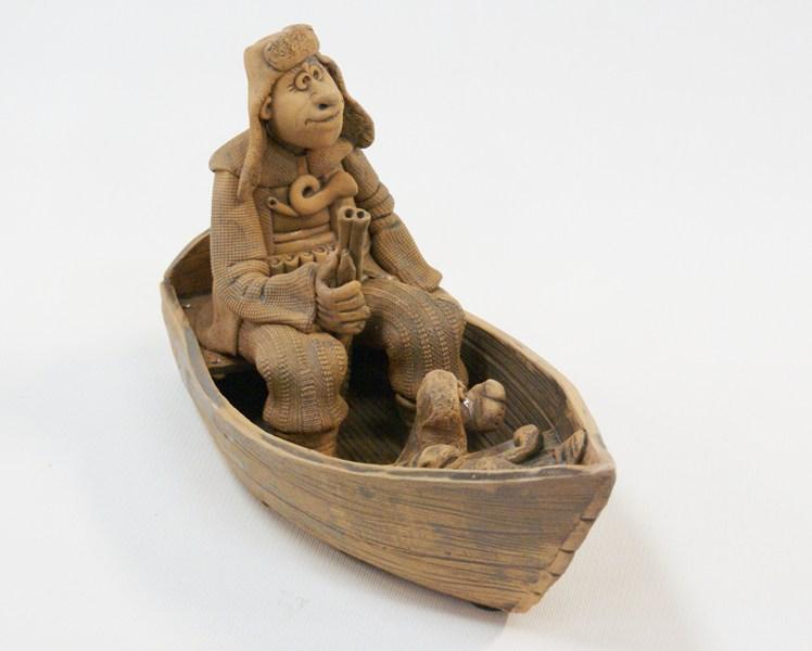 Глиняная композиция Охотник в деревянной лодке