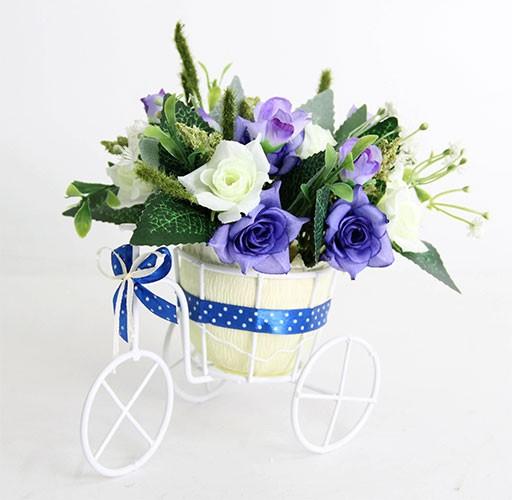 Цветочная композиция Розы синие. Велосипед малый