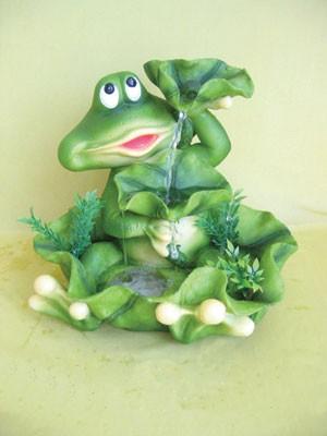 Садовая фигурка Большая лягушка под листом-зонтиком