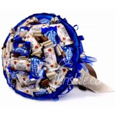 Синий букет с конфетами тирамису Любимому Сладкоежке