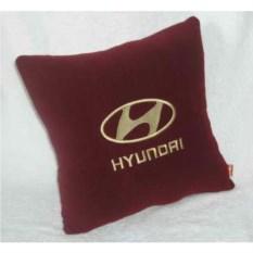 Бордовая с золотистой вышивкой подушка Hyundai