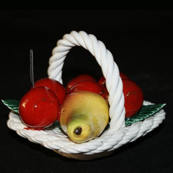 Корзина с фруктами и вишнями в керамике