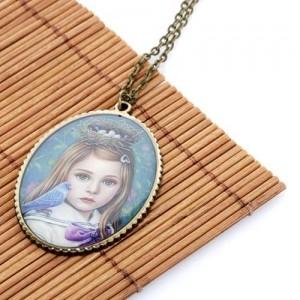 Медальон Девочка с птицей