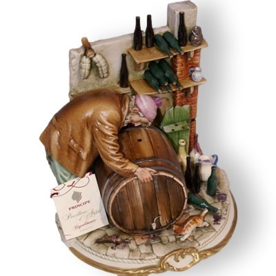 Статуэтка из фарфора Мужчина у бочки Porcellane Principe