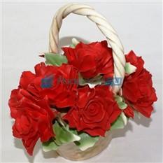 Декоративная корзина с красными розами