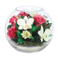 Композиция в шарообразной вазе из роз и орхидей