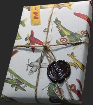 Упаковка в дизайнерскую бумагу, сургуч. Военный орнамент