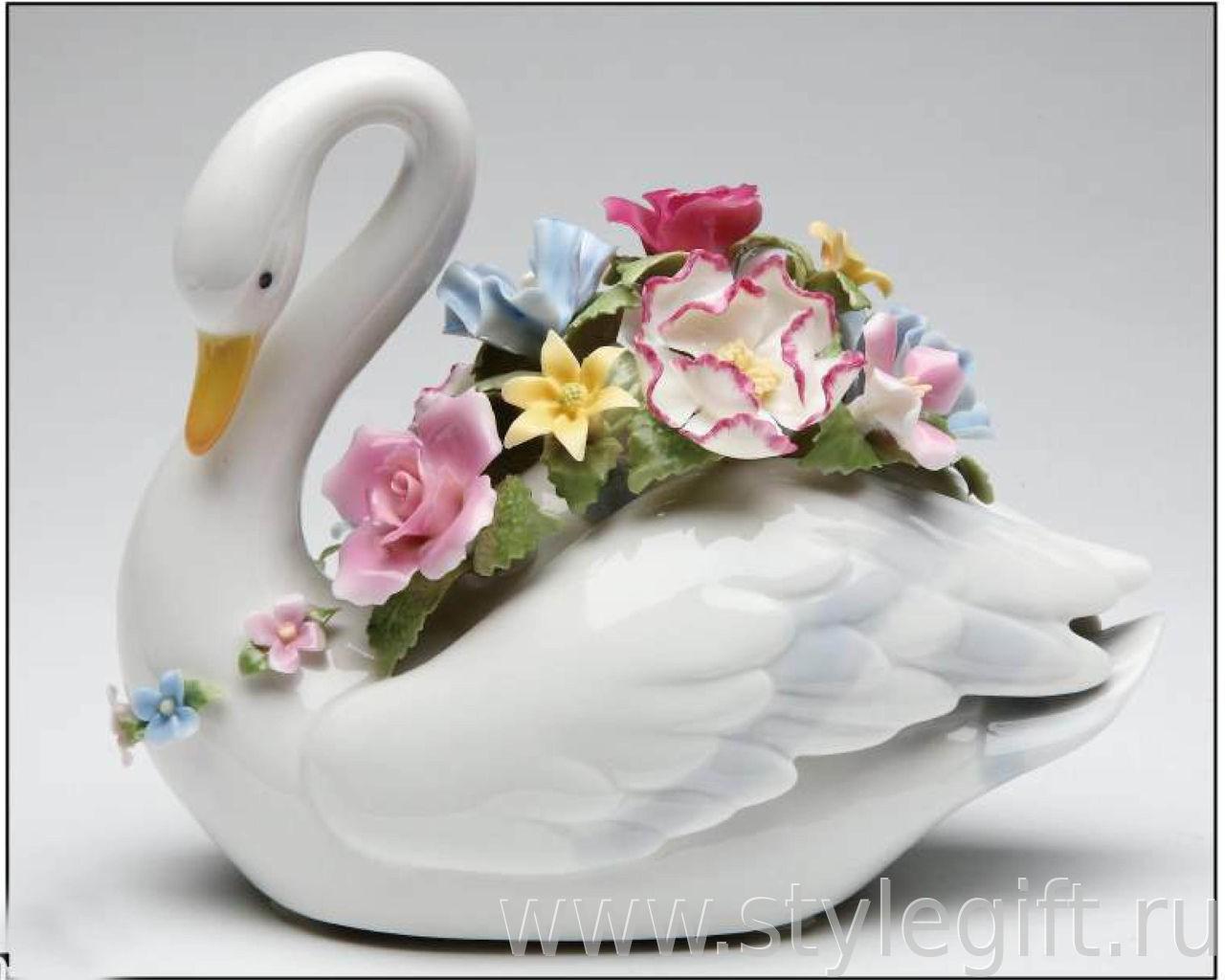 Музыкальная фарфоровая фигурка Лебедь с цветами