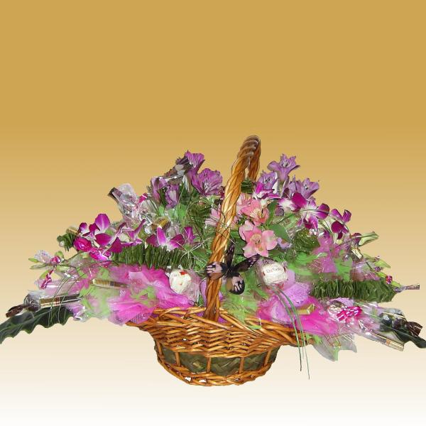 Тропическая ночь - букет из конфет с живыми цветами.