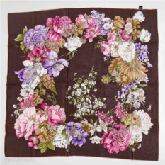 Платок с цветами на коричневом фоне