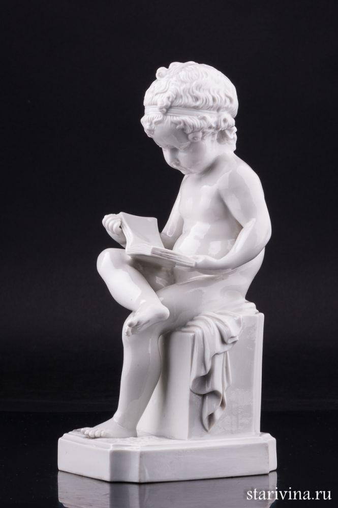 Фарфоровая статуэтка Путти с книгой