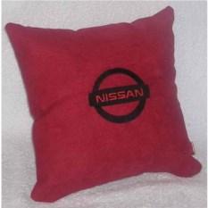 Красная с черной вышивкой подушка Nissan