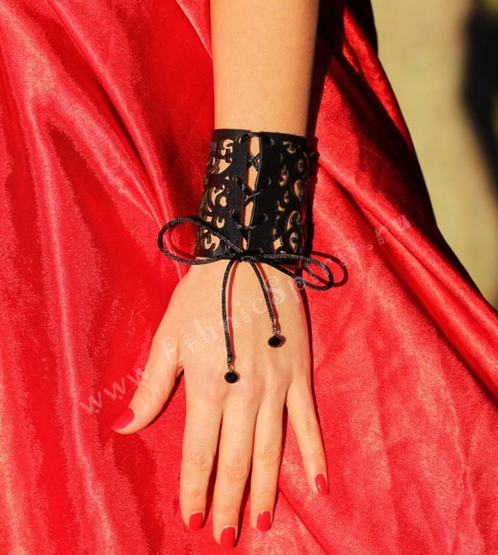Широкий резной кожаный браслет