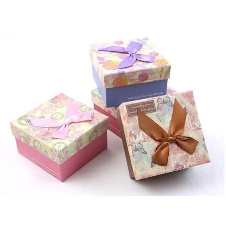 Коробка - куб, с бантом и рисунком