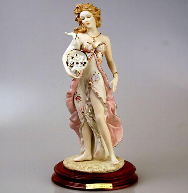 Фарфоровая статуэтка Девушка с рогом изобилия Sabadin