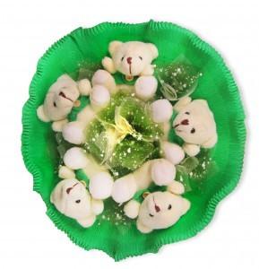 Зеленый букет из игрушек