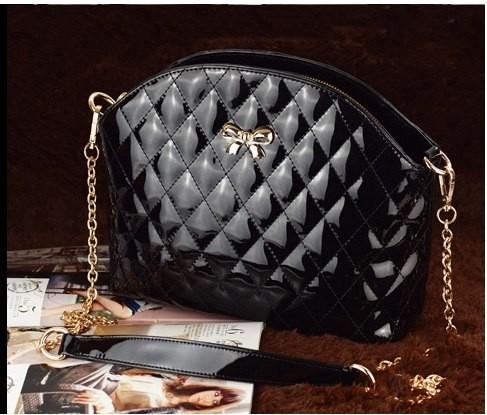 Черная лаковая сумочка