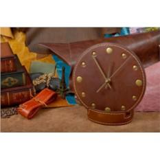 Темно-коричневые настольные часы из кожи