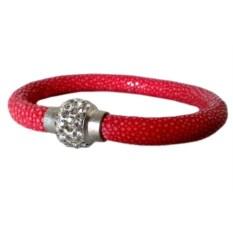 Красный браслет на запястье из натуральной кожи ската