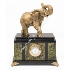 Часы из змеевика со статуэткой из мрамолита Слон
