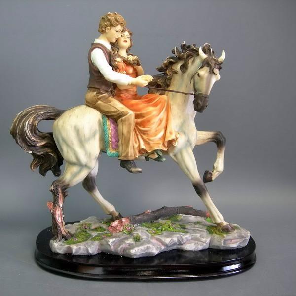 Статуэтка Влюбленная пара на коне