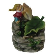 Фонтан Гном со светлой раковиной и зеленым листом