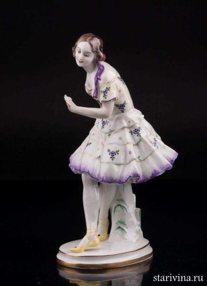Фарфоровая статуэтка Танцующая девушка