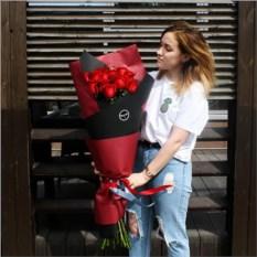 Букет из 15 метровых роз в крафте