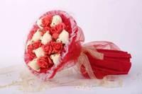 Букет из игрушек Медвежата с красными розами