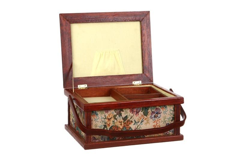 Коричневая шкатулка для рукоделия
