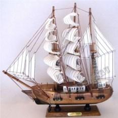 Корабль Confection (белые паруса в серую полоску)