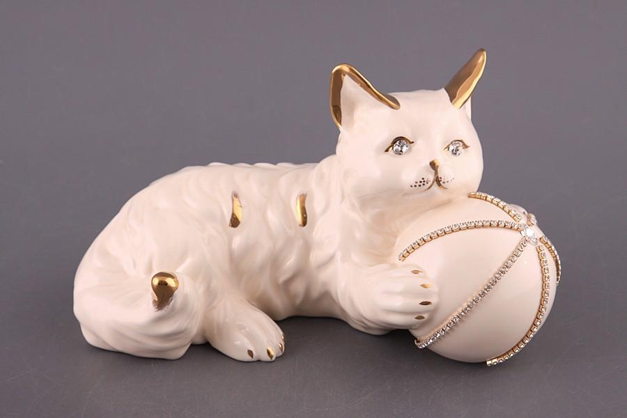 Фигурка Кошка белая с мячом