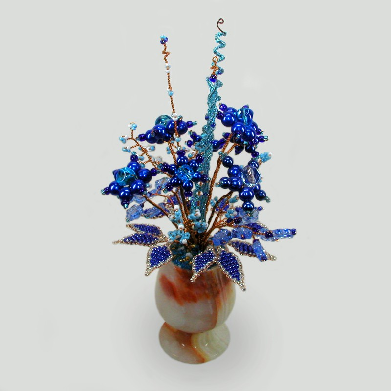 Васильки из бисера и горного хрусталя в вазочке из оникса