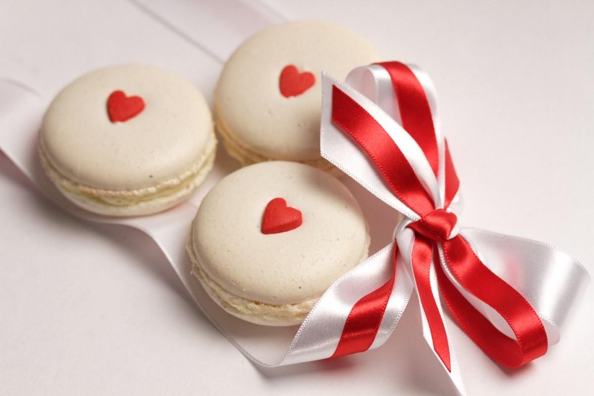 Ассорти из 5 ванильных макаронов, украшенных сердцем