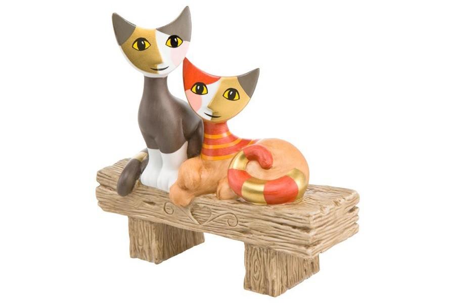 Скульптура кошек На скамейке