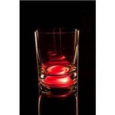 Красный бокал для виски, загорающийся от прикосновения руки
