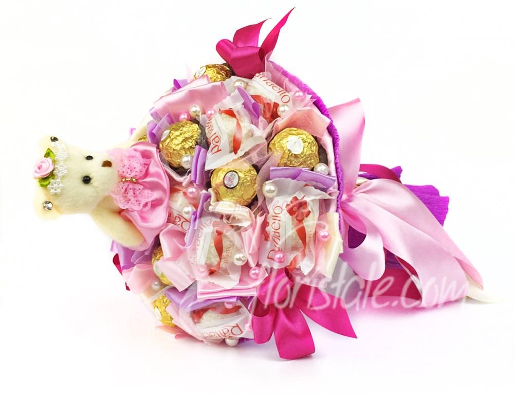 Розовый букет с конфетами Raffaello, Ferrero и мишкой