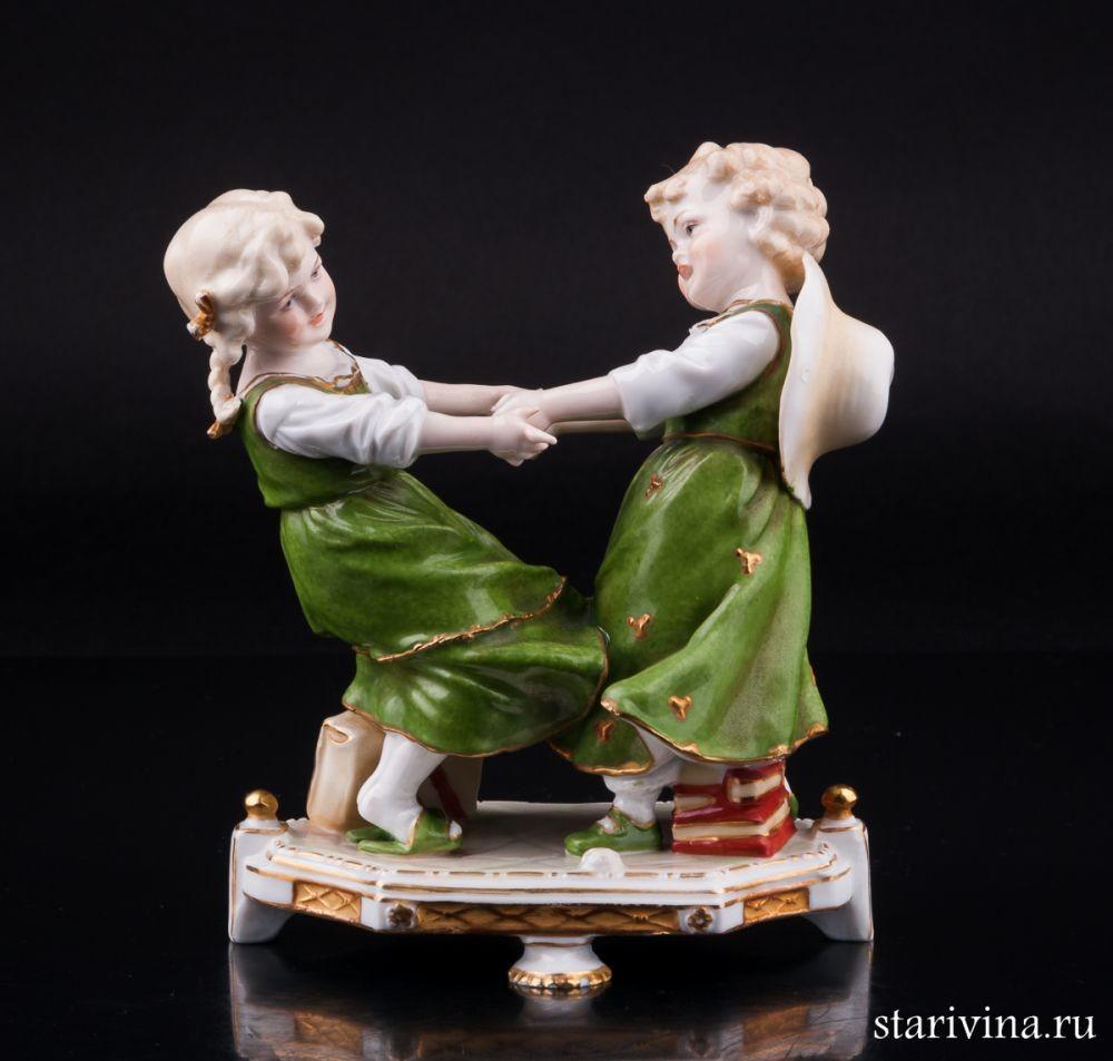 Фарфоровая статуэтка Играющие девочки